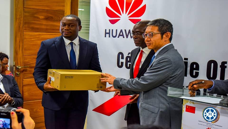 Cérémonie officielle de remise des matériels informatiques à l'université Mapon par Huawei RDC